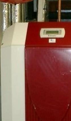 Bivalente Wärmepumpenheizung, oben die Wärmepumpe, darunter der Pufferspeicher
