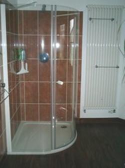 Dusche mit bodenebener Wanne