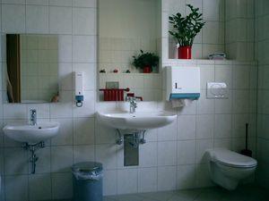 Kinder-WC und unterfahrbarer Waschplatz