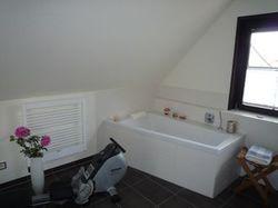 Badewanne mit Handtuchheizkörper und Fitneßgerät