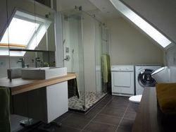 Waschplatz voll verspiegelt, große Dusche mit Kopf- und Schwallbrause