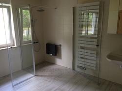 Dusche mit Echtglastür für variable Nutzung und Klappsitz
