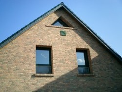 Fassadenansicht mit Außenluftgitter