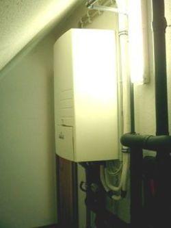 Hydobox im Gebäudeinneren. Hier wird die Wärme auf das Heizwasser übertragen
