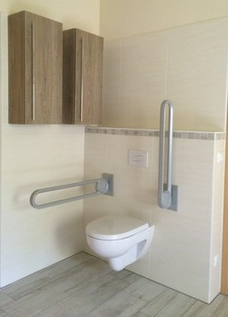 Rollstuhlgerechte WC-Anlage mit Klappgriffen in ansprechendem Design